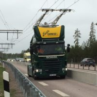 Ser det bekendt ud? Trafikverkets nye el-projekt ligner de gamle københavnske sporvogne. Den store forskel er, at Scania-lastbilen ikke er bundet til præcis denne vejstrækning.
