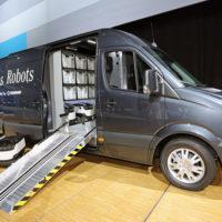 Varebilen med robotter og pakker står et centralt sted, hvorfra de små automatiske bude findr ud til kunden, som kan befinde sig op til tre km væk
